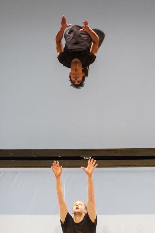 1839794-5-a33c-une-scene-du-spectacle-acrobates-de-stephane-a3ea6d1d7a57883daa63477d8703dccb.jpg